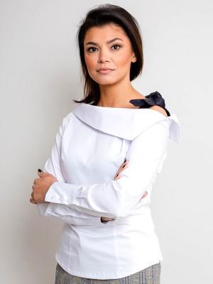 Biała bluzka z czarną kokardą na ramieniu