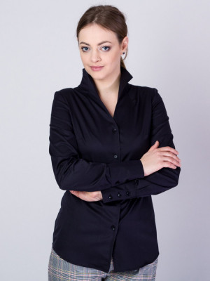 Czarna bluzka z wysokim kołnierzem