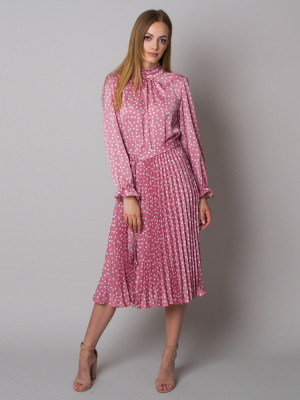 Różowa sukienka w grochy ze stójką i plisowaniem