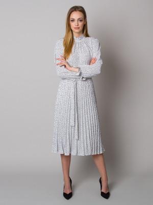 Biała sukienka w kropki ze stójką i plisowaniem