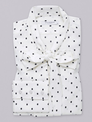 Biała bluzka typu long size w czarne groszki