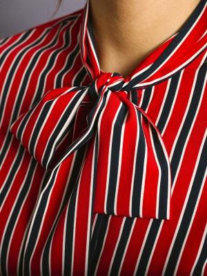 Czerwona bluzka w granatowo-białe paski