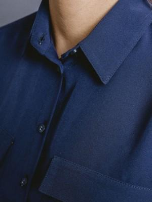 Granatowa bluzka o luźnym kroju z miękkim kołnierzykiem