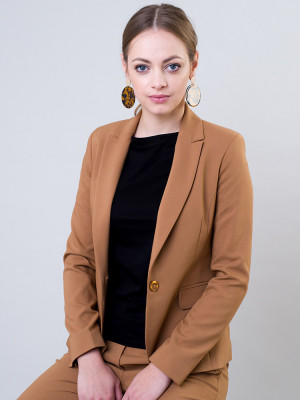 Brązowy garnitur damski