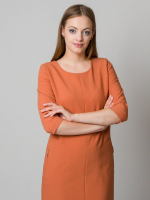 Ceglana sukienka o luźnym kroju