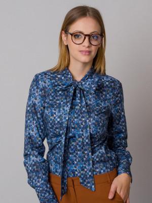 Niebieska bluzka w kratkę i kwieciste wzory