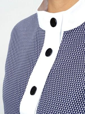Niebieska bluzka z krótkim rękawem i kontrastami