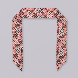Kolorowa apaszka w geometryczne wzory