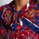Czerwona wzorzysta bluzka z kokardą